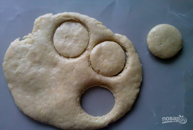 Раскатайте тесто в пласт толщиной 1 см. Вырежьте из него печенье круглой формы.
