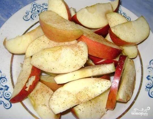 Яблоки вымыть, обсушить и нарезать крупными дольками. Посолить их, поперчить, посыпать корицей.