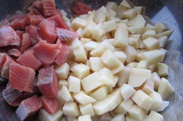 Точно так же моем картошку, очищаем и нарезаем небольшими кубиками. Рыбу, если это целый кусок, очищаем, промываем, снимаем кожу. Отделяем мясо от костей  и нарезаем тоже кубиками (филе просто нарезаем).