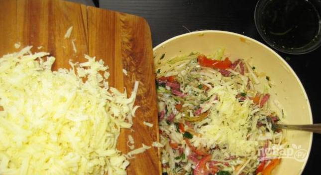 3. А теперь добавим тертый сыр, специи, соевый соус и масло.