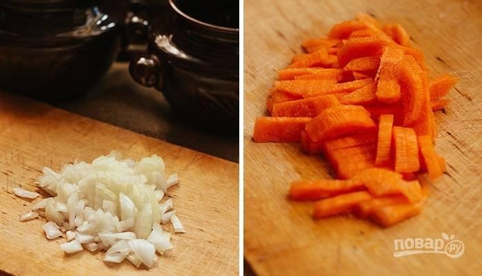 3. Очистите и измельчите лук и морковь.