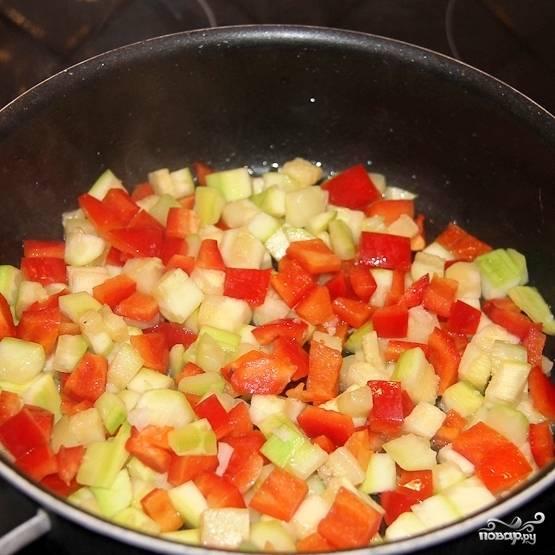 Через пару минут добавляем к кабачку перец. Жарим дальше.
