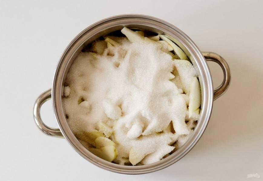Переложите груши в кастрюлю, добавьте сразу сахар. На небольшом огне доведите до кипения и варите 5-7 минут.