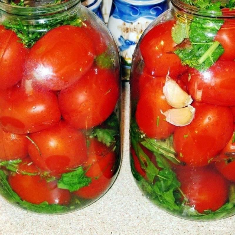 Утрамбовываем в банки наши помидоры.