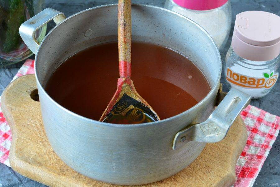 Добавьте острый томатный соус и уксус. Размешайте, пусть соус закипит. Для маринада подходит любой томатный острый соус или кетчуп чили.