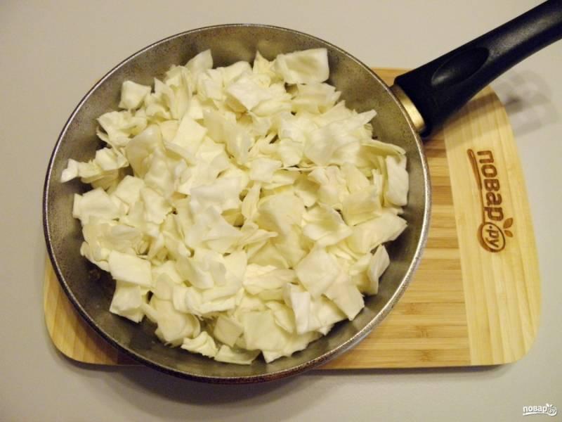 5. Капусту порежьте небольшими кубиками, по размеру примерно как картофель. Также обжарьте ее до появления красивого цвета.