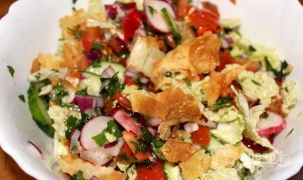 Все овощи соедините в салатнице. Залейте их заправкой, а сверху добавьте лаваш. Салат готов! Приятной дегустации!