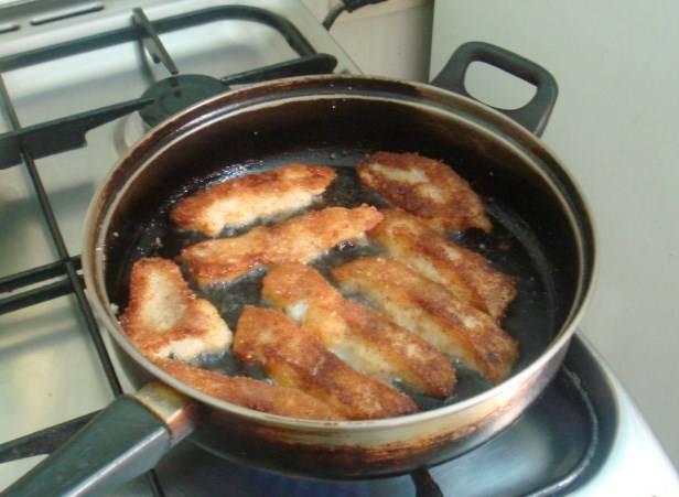Жарим на разогретой сковородке в обильном количестве масла до золотистой корочки. Чем больше сухарей, тем лучше.