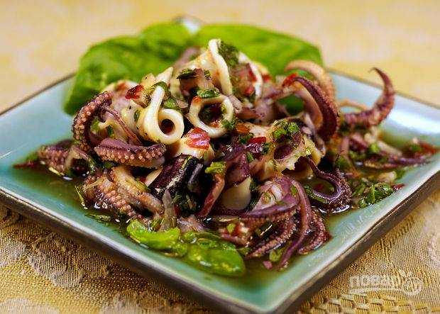 6.Мою салатные листья и выкладываю на блюдо, перекладываю кальмаров на салат и подаю блюдо холодным.
