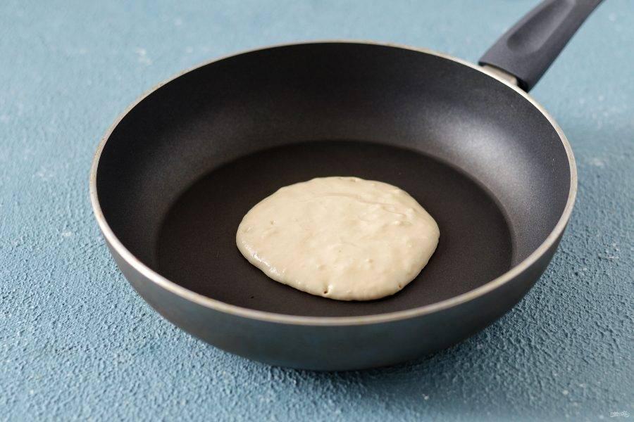 Разогрейте сковороду на среднем огне. В центр выложите две ложки теста. Жарьте первую сторону 1,5-2 минуты.