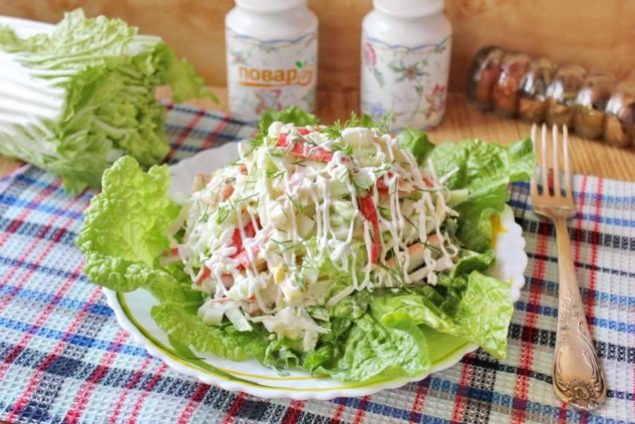 Салат с дайконом и крабовыми палочками готов. При подаче выложите его на листья пекинской капусты.