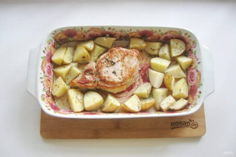 Накройте форму фольгой и запекайте мясо с картофелем 40-45 минут при температуре 190-200 градусов. После фольгу снимите и готовьте блюдо еще 10-15 минут.