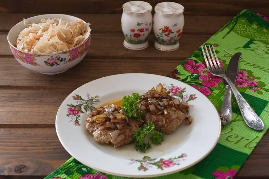 Подайте бифштексы к столу сразу. Дополнительно можно подать соленые овощи или салат.