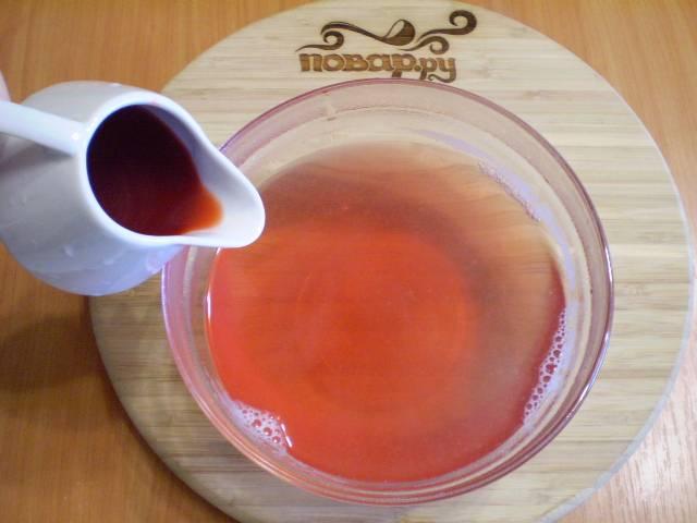 6. Влейте клубничный сок. Перемешайте. Морс готов.