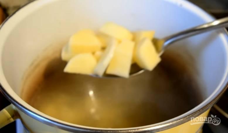 8.Бульон возвращаем на огонь, в кипящую воду кладем картофель.