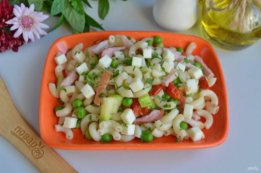 Разложите порционно макароны, сверху положите кубики козьего сыра и посыпьте рубленой мятой. Подайте к столу сразу же. Приятного!