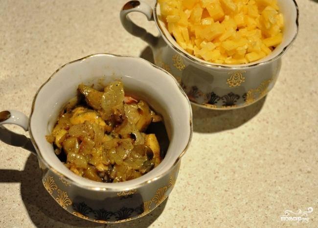 Содержимое сковороды раскладываем по небольшим горшочкам, сверху засыпаем тертым сыром. Ставим в духовку на 10 минут - до расплавления сыра.
