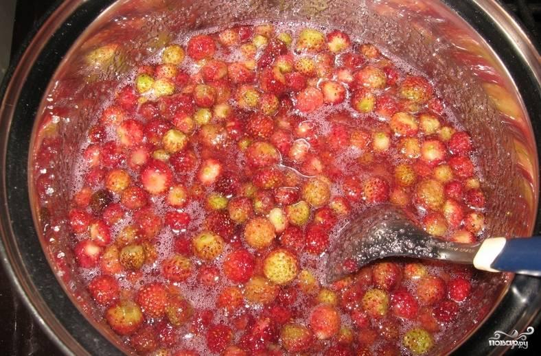 Сварим сироп из фруктозы добавив воду. Фруктоза должна полностью раствориться. Пересыпаем ягоды в глубокую кастрюлю и заливаем сиропом. Варим на медленном огне 5 минут, удаляя пену. Снимаем варенье с огня, даем ему полностью остыть. Повторяем процедуру варки еще дважды.