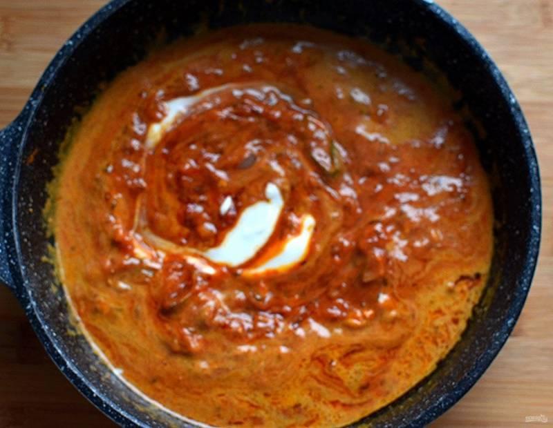 Добавьте остатки маринада, 50 мл воды и сливки. Хорошо размешайте и прогрейте соус в течение 2 минут.