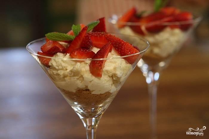 Красиво выложите клубничку поверх творожной массы. Затем вымойте мяту и оторвите со стеблей соцветия листиков. Украсьте ими ваш десерт и подавайте к столу.