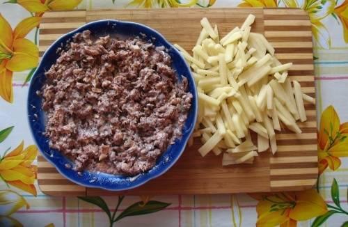 3. В отдельной посуде размягчаем вилкой консервы, убрав все лишние косточки. Натираем сыр на терке и смешиваем его с рыбой. По вкусу можно добавить майонез.