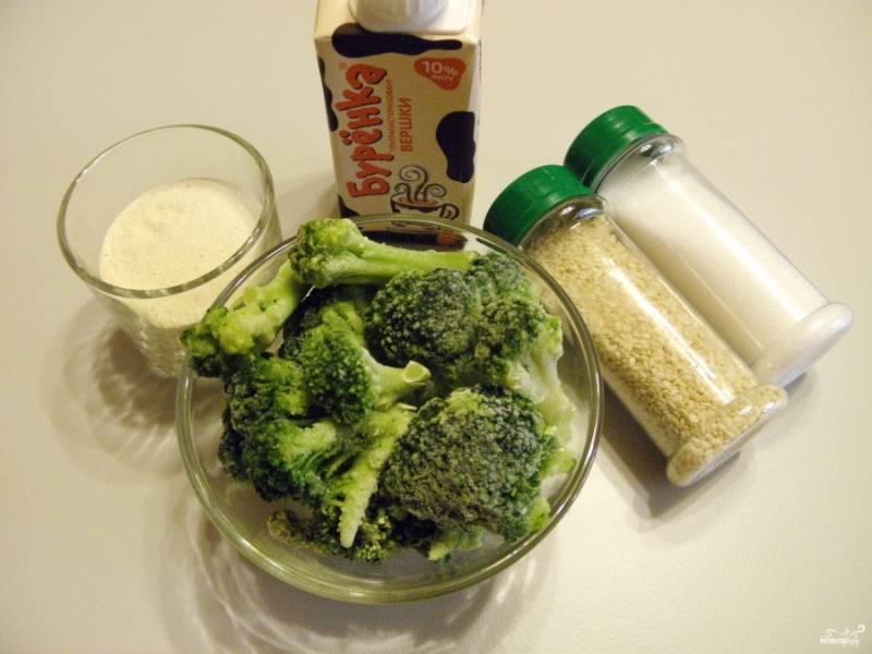 Подготовьте продукты для супа. Брокколи подойдет как свежая, так и замороженная, предварительно размораживать ее не нужно. Поставьте воду для супа на огонь. Посолите.
