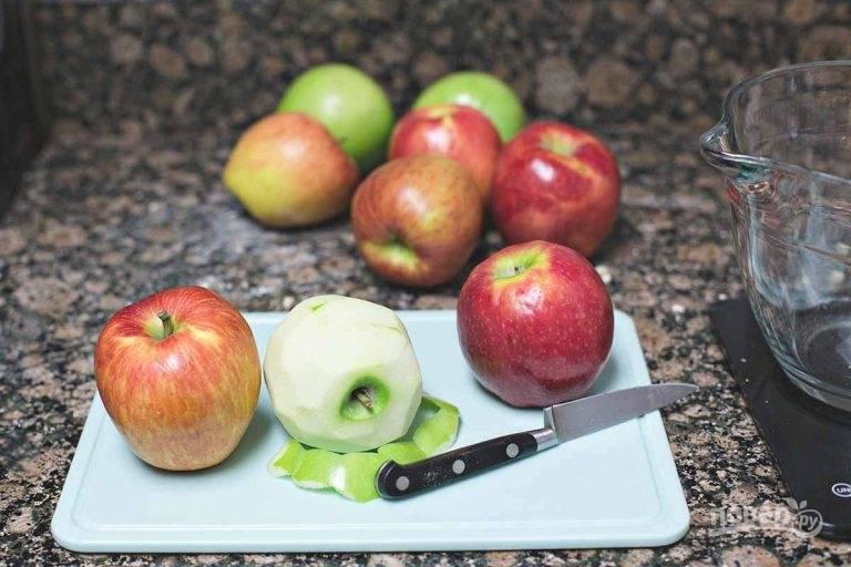 2.Вымойте и очистите яблоки от кожуры.