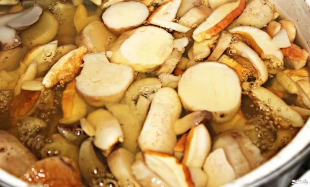 2.Варю грибной бульон после закипания на среднем огне один час.