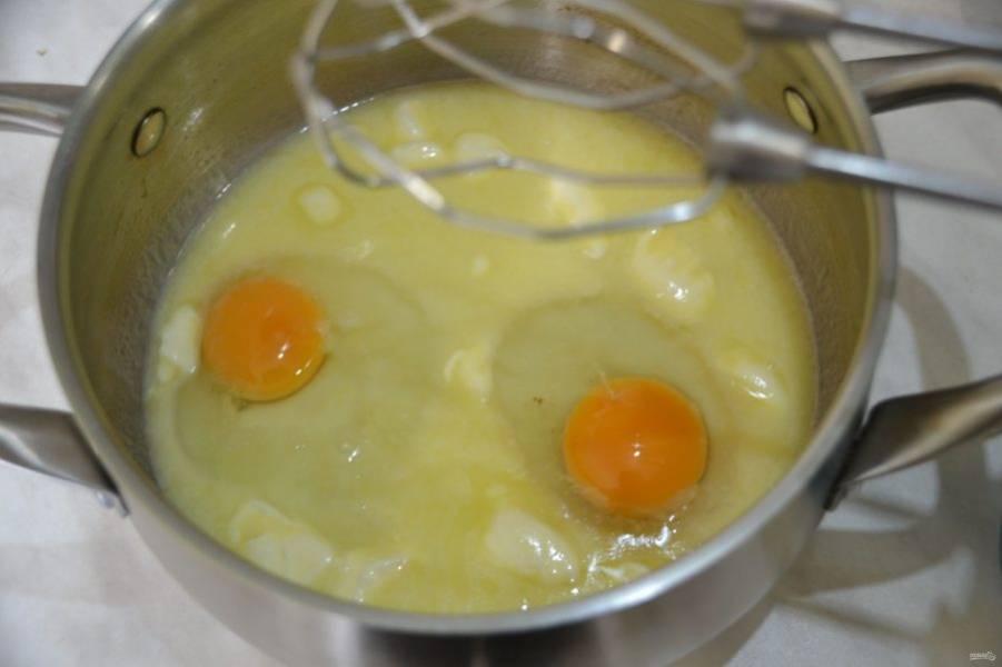 Вбейте в молочную смесь два яйца, взбейте миксером.