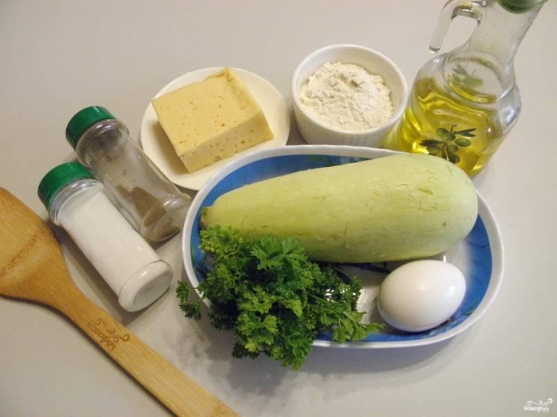 1. Подготовьте продукты: вымойте кабачок, зелень и яйцо. Муки может понадобиться от 2 столовых ложек (с горкой) до четырех, зависит от сочности кабачка.