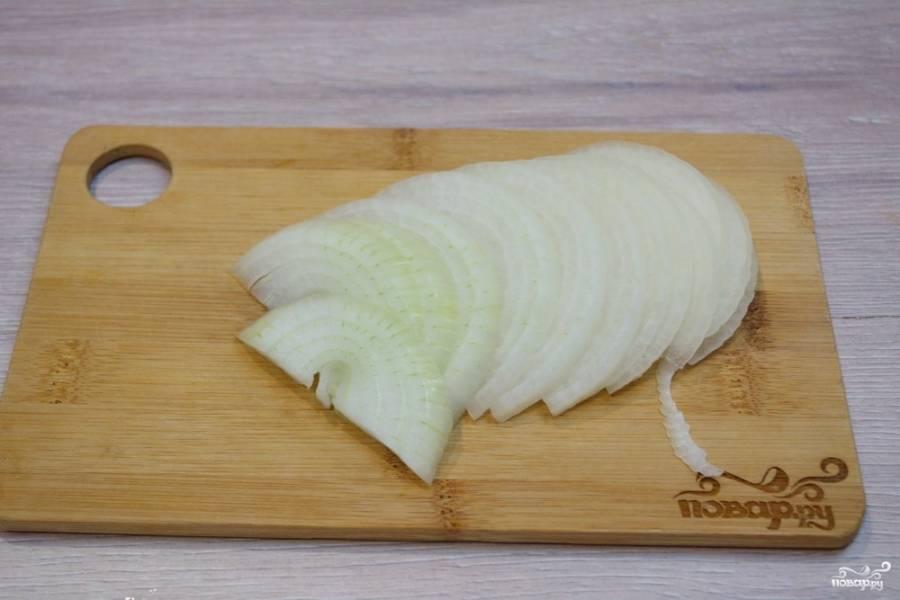 Для приготовления брокколи под сливочным соусом нам необходимо очистить и нарезать полукольцами репчатый лук.