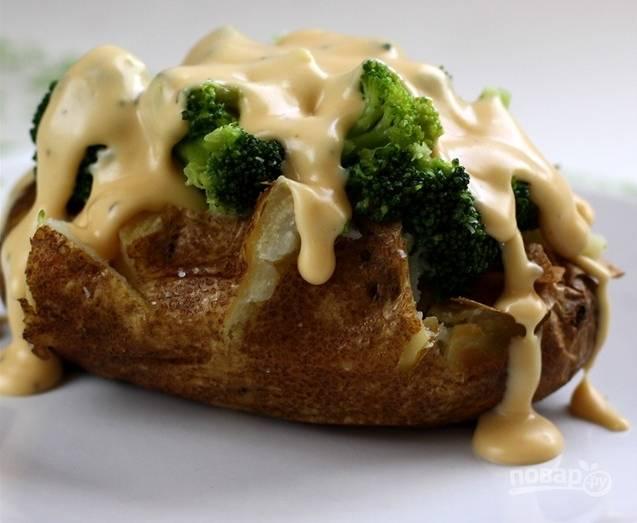 Подавать соус к основному блюду нужно сразу, пока он горячий. В данном случае я его использую для запеченного в мундире картофеля.