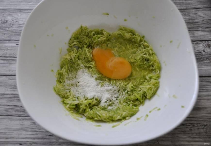 Добавьте к кабачку крахмал и яйцо.