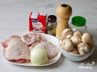 Куриные бедра положите в кастрюлю и залейте 1,2 л воды. Добавьте половину чайной ложки соли и лавровый лист, поставьте на сильный огонь и доведите до кипения. После этого уменьшите огонь, снимите пену и варите под закрытой крышкой 30-35 минут до готовности курицы. Готовый бульон процедите, куриные бедра выньте и остудите.