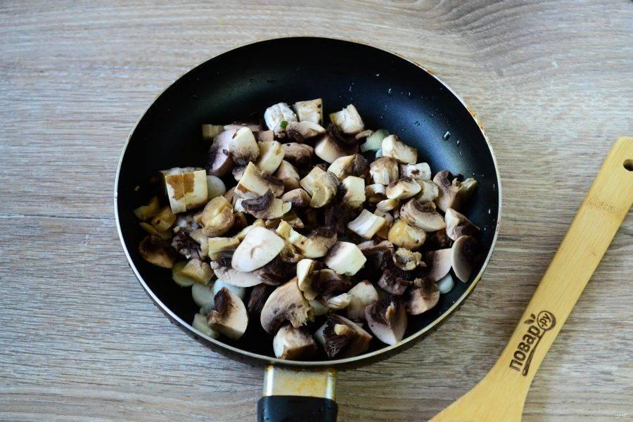 Сначала займемся начинкой для кармашков. Шампиньоны очистите и порежьте на небольшие кусочки. Лук порежьте кубиком. Обжарьте грибы вместе с луком до готовности.