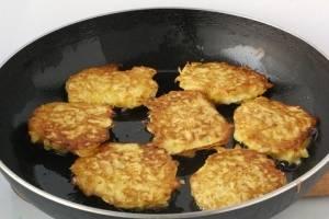 Теперь нужно сформовать котлетки, для этого набираем в ладошку капустную массу делаем из нее либо шарик, либо лепешку и обваливаем ее в панировочных сухарях и выкладываем их на разогретую и смазанную маслом сковородку, обжариваем с двух сторон до золотистого цвета. Затем добавляем в сковороду 1 столовую ложку воды и накрываем емкость крышкой. Пропариваем овощные котлетки в течение 35 – 40 секунд и сразу после этого перекладываем их на большое плоское блюдо. Тем же способом готовим все остальные котлеты.