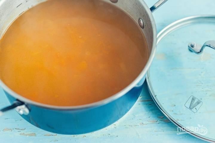 В кастрюлю влейте воду. Доведите её до кипения, а затем добавьте картофель, соль и перец.