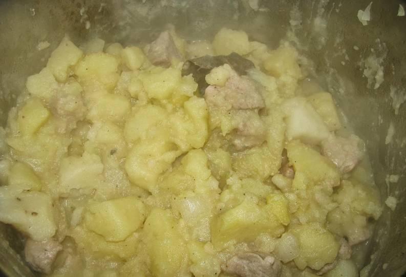 Вот тушеная картошка и мяса в кастрюле готовы. Подаем со свежими овощами. Приятного аппетита!