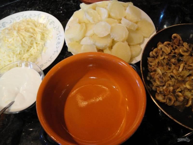 3.Подготовьте форму для запекания, натрите на крупной терке сыр, сметану смешайте с измельченным чесноком.