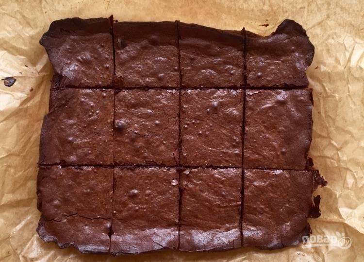 7.Отправьте пирог в разогретую до 180 градусов духовку на 20-30 минут. Удалите пирог из духовки и нарежьте его кусочками.