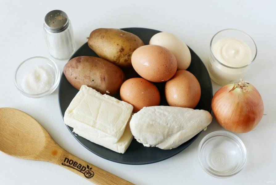 Подготовьте все ингредиенты. Куриную грудку, картофель и яйца отварите до готовности и остудите.