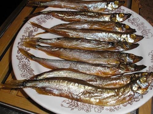 1. Этот рецепт немного отличается от других, но на вкусовые качества это не влияет. Я решила приготовить паштет из мойвы в домашних условиях из копченой рыбы. Для начала нужно отделить филе от костей.
