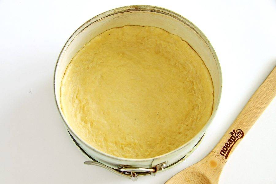 Форму для теста смажьте маслом и распределите тесто, формируя бортики по бокам высотой 1-1,5 см.