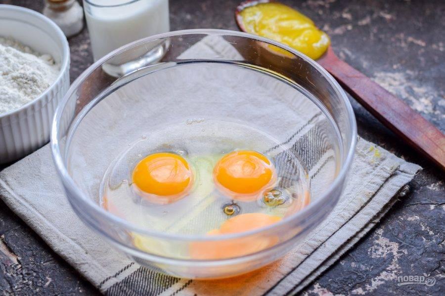 В миску вбейте три куриных яйца.