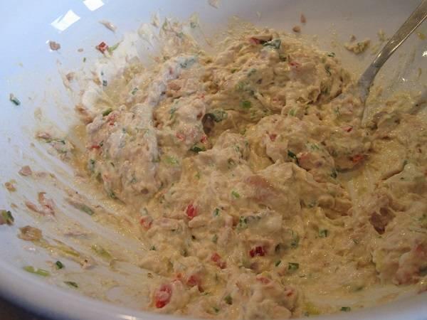6. Соединить рикотту с тунцом и овощами. Все тщательно перемешать. Посолить и поперчить по вкусу.