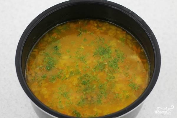 По истечении вышеуказанного времени чашу с супом можно доставать. Суп с булгуром сверху посыпаем нарубленным укропом, перемешиваем. Приятного аппетита!