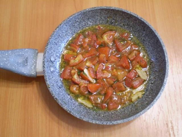 4. Припускаем помидоры на среднем огне до мягкости. Не переварите!