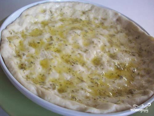3.Смазать маслом форму для запекания и выложить на него тесто. Размять тесто по всей форме. Хорошо смазать тесто душистым маслом.