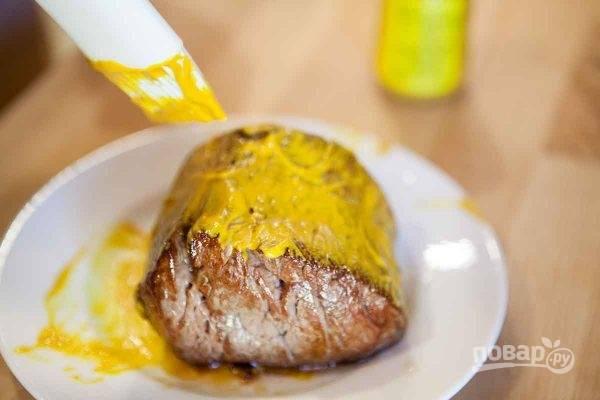 2. Смажьте со всех сторон горчицей сразу после обжарки (пока мясо горячее). После этого его можно посолить и приправить по вкусу. На масле, на котором жарилось мясо, обжарьте грибы, после чего измельчите их блендером до состояния паштета.