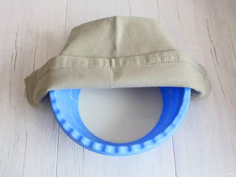 Накройте полотенцем чашу с дрожжевой смесью и оставьте на 30 минут при комнатной температуре.
